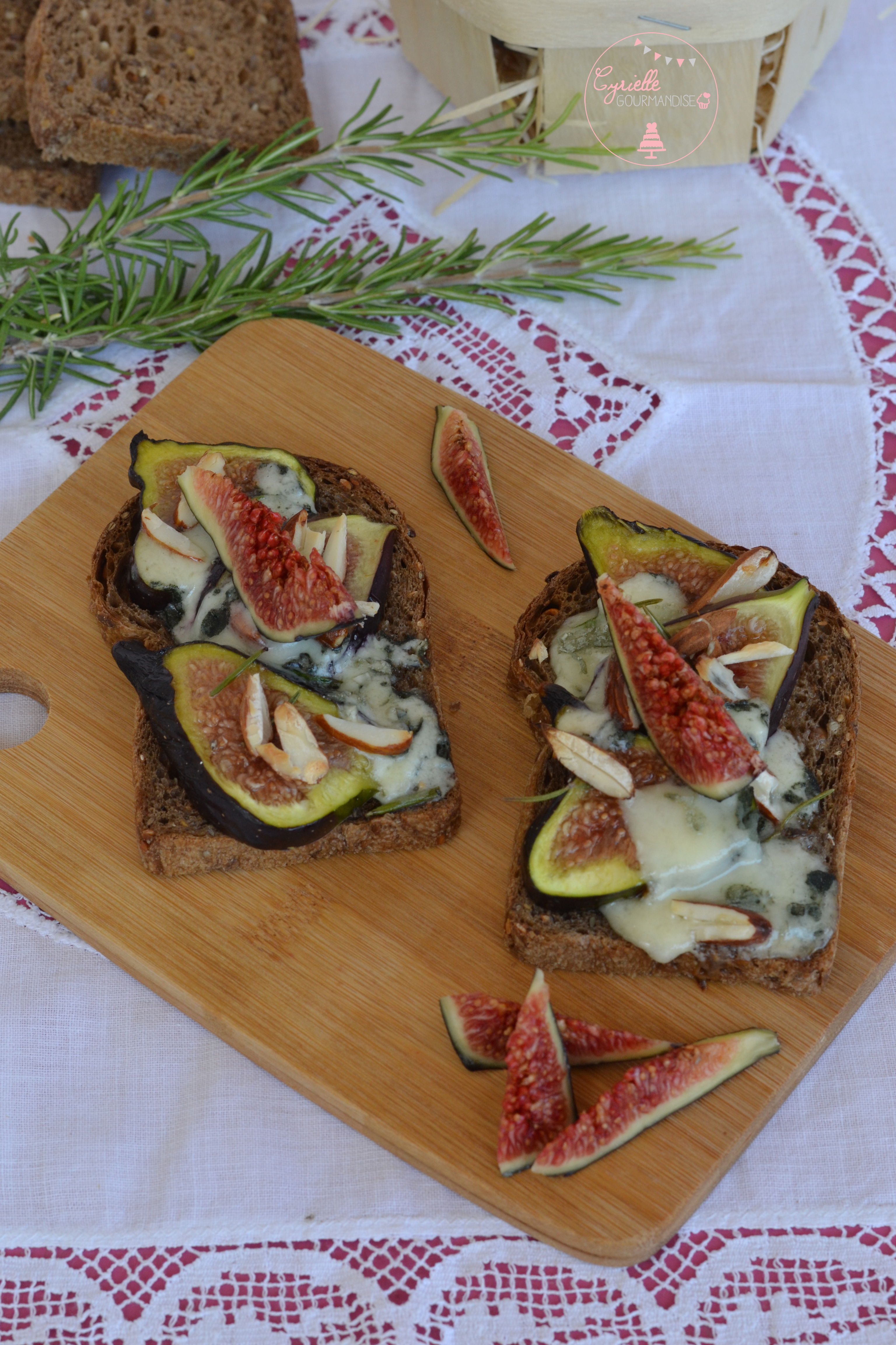 Tartines figues roquefort miel romarin 3