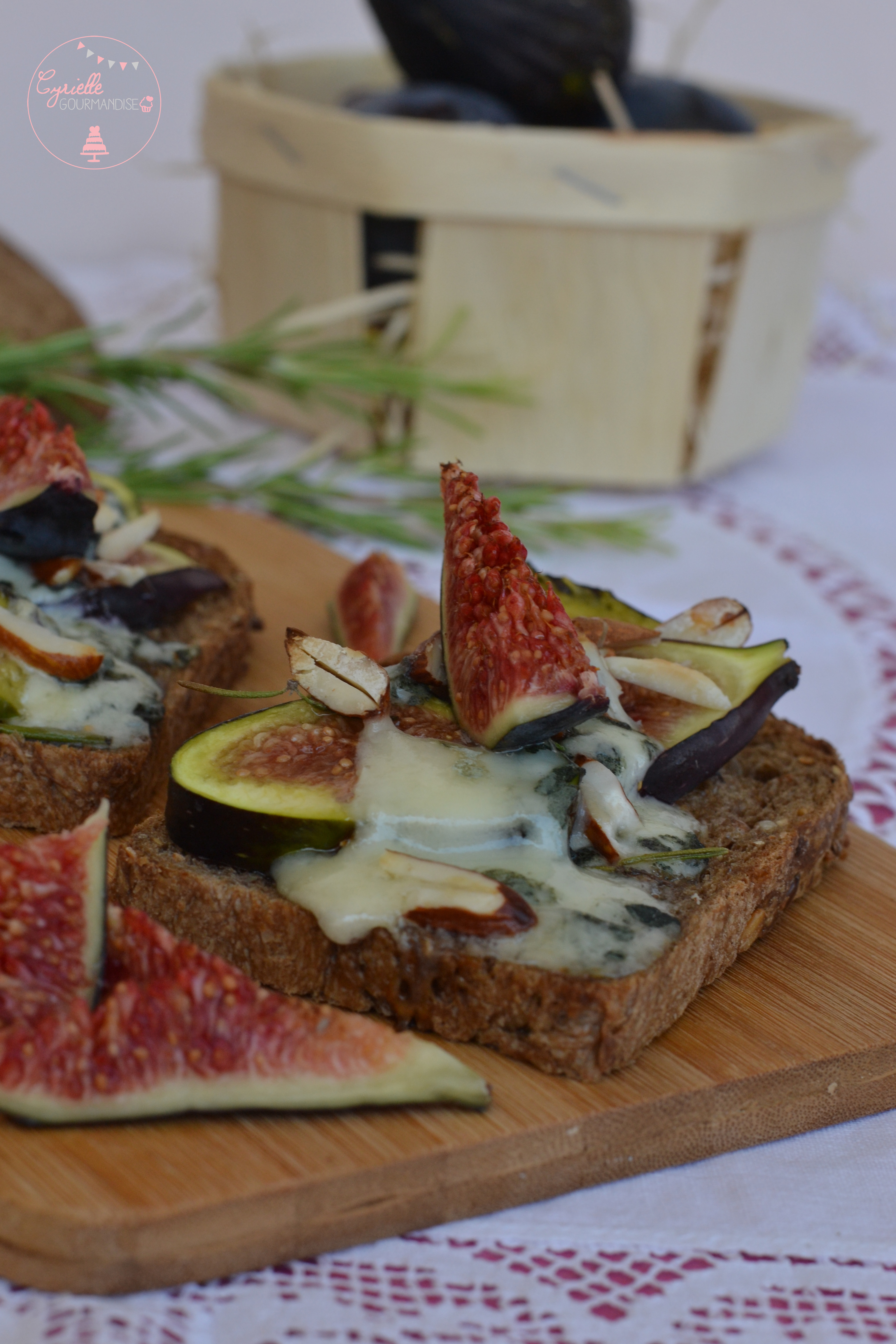 Tartines figues roquefort miel romarin 5